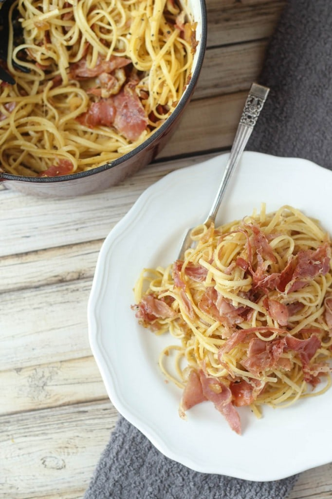Linguine Squarcierella: this delicious linguine pasta recipe combines linguine, prosciutto, onion, garlic, eggs, black pepper and Parmesan cheese to make the best pasta ever!