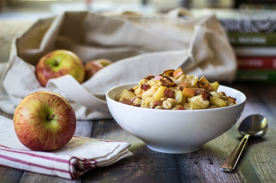 Looking for savory apple recipes?  Here is a great one to try! Sweet apples and savory cheddar give a fresh twist on a classic recipe in this apple mac n cheese recipe!