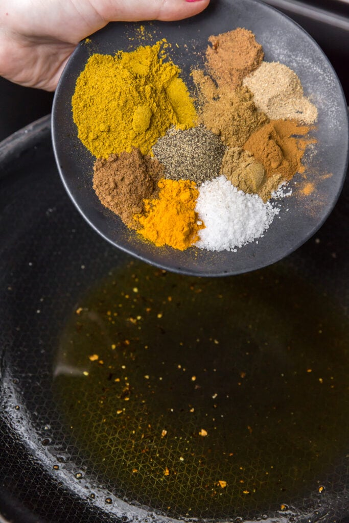 How to make korma sauce for this easy chicken korma recipe.