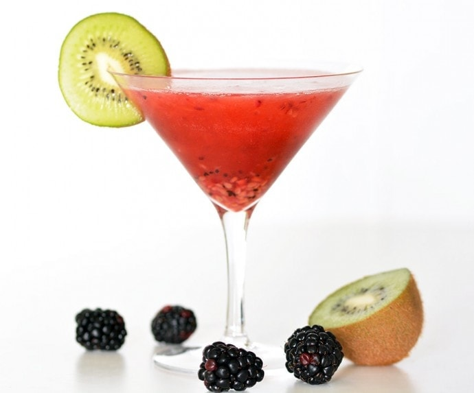 Kiwi Blackberry Martinis | A week of delicious recipes inspired by places around the world!
